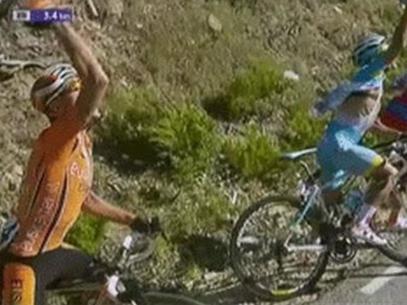 El helicóptero de TVE volo muy bajo y tira al suelo a tres ciclistas en la Vuelta a Burgos
