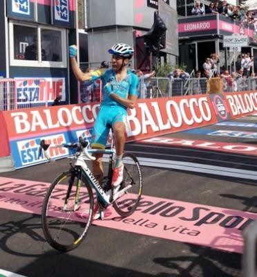 Fabio Aru gana la etapa 15 del Giro y Rigo Uran Sigue Lider/ + Video y Clasificaciones