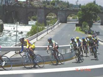 Ciclistas de seis países en Vuelta a Perú.