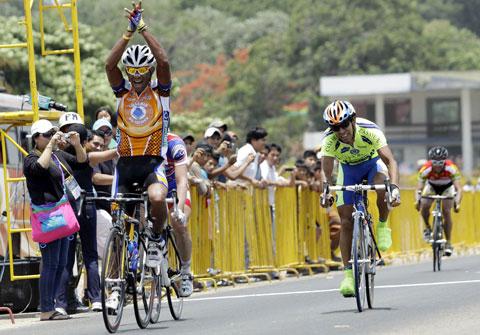 Venezolano Ronald Gonzáles ganó en el sprint final II etapa de la Vuelta a Bolivia