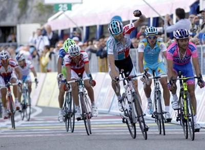 El belga De Clerq sorprende a los favoritos; Weening mantiene la 'maglia' rosa