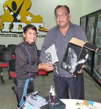 """I.D.T entrega material deportivo a la Ciclista de  """"Downhill""""  Rosimber Montaña"""