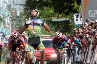 "V etapa de la Vuelta Venezuela: Alexander ""El Buitre"" Gómez ganó en San Carlos"