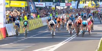 Tour de Polonia. Casi cinco sprinters sobre la línea y ganó Pedersen, el campeón del mundo.
