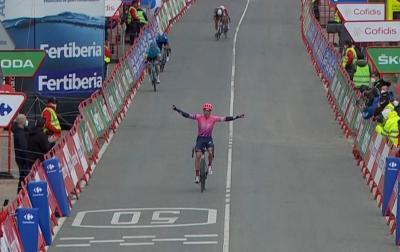 Australiano Michael Woods gana en solitario la etapa 7 de la Vuelta a España y Carapaz sigue lider